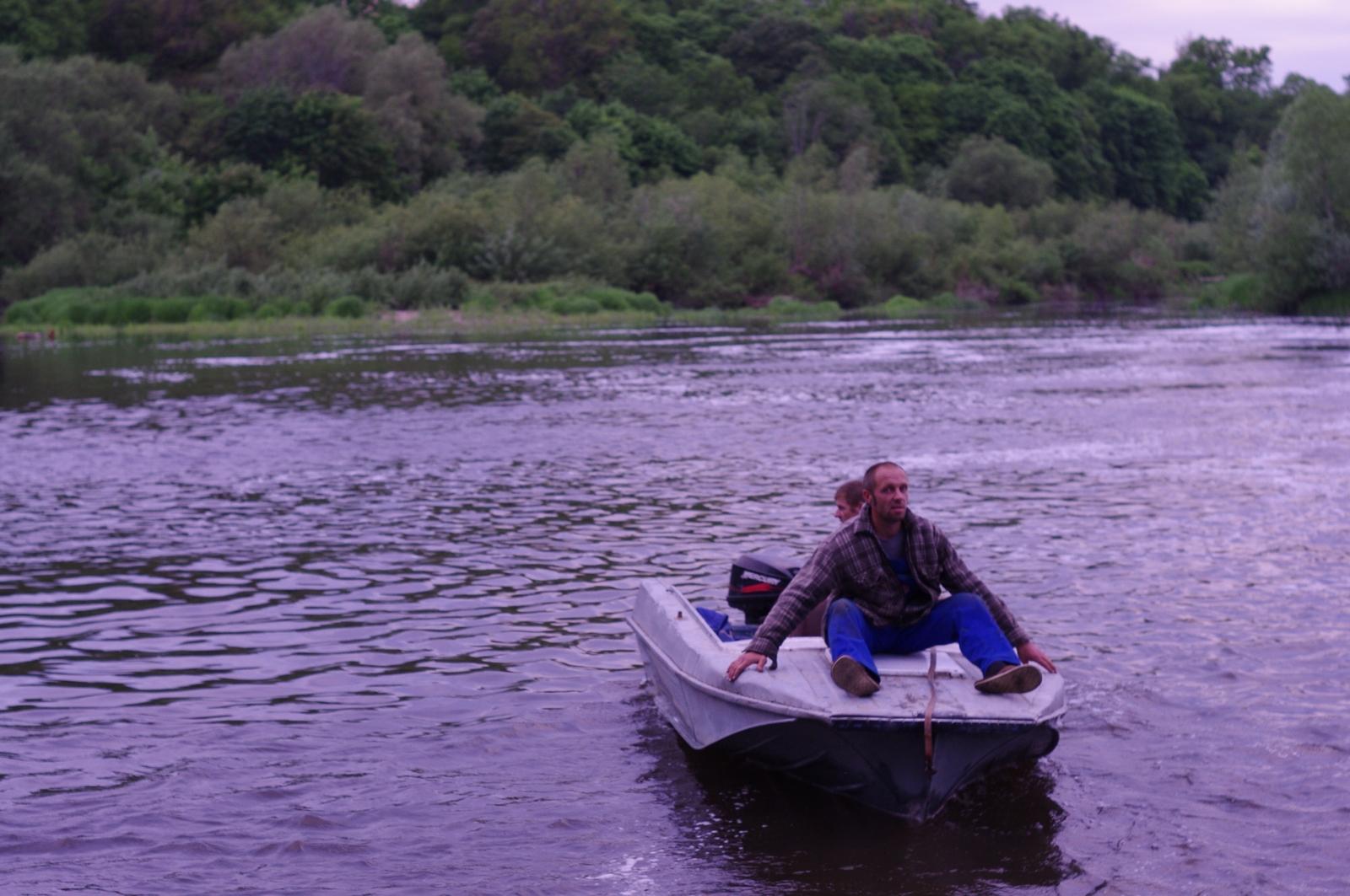 Водопад и мужчины на лодке