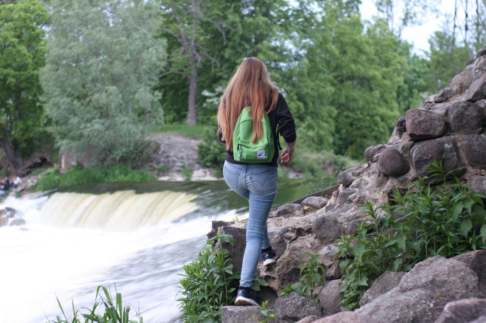 Водопад и девушка