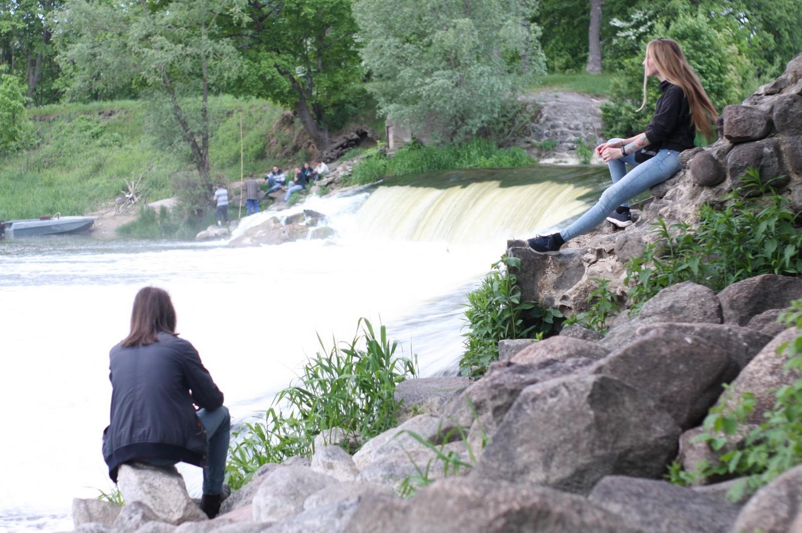 водопад и люди